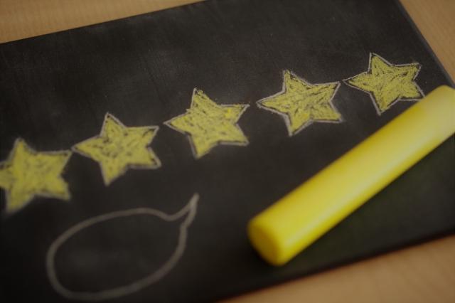 黒板に記載された星