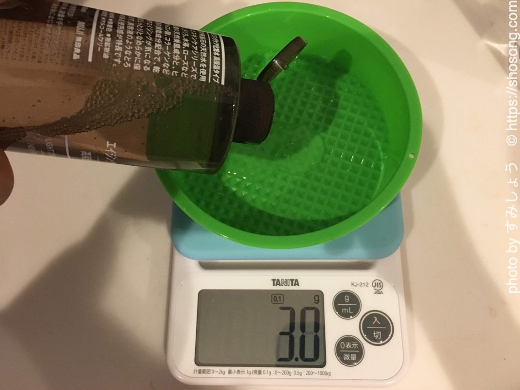 エイジングケア化粧水高保湿を計量している様子